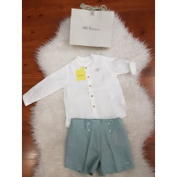 Pantalón corto con falsa abertura en el delantero y cuatro botones de adorno. Incluye cintura ajustable con goma elástica